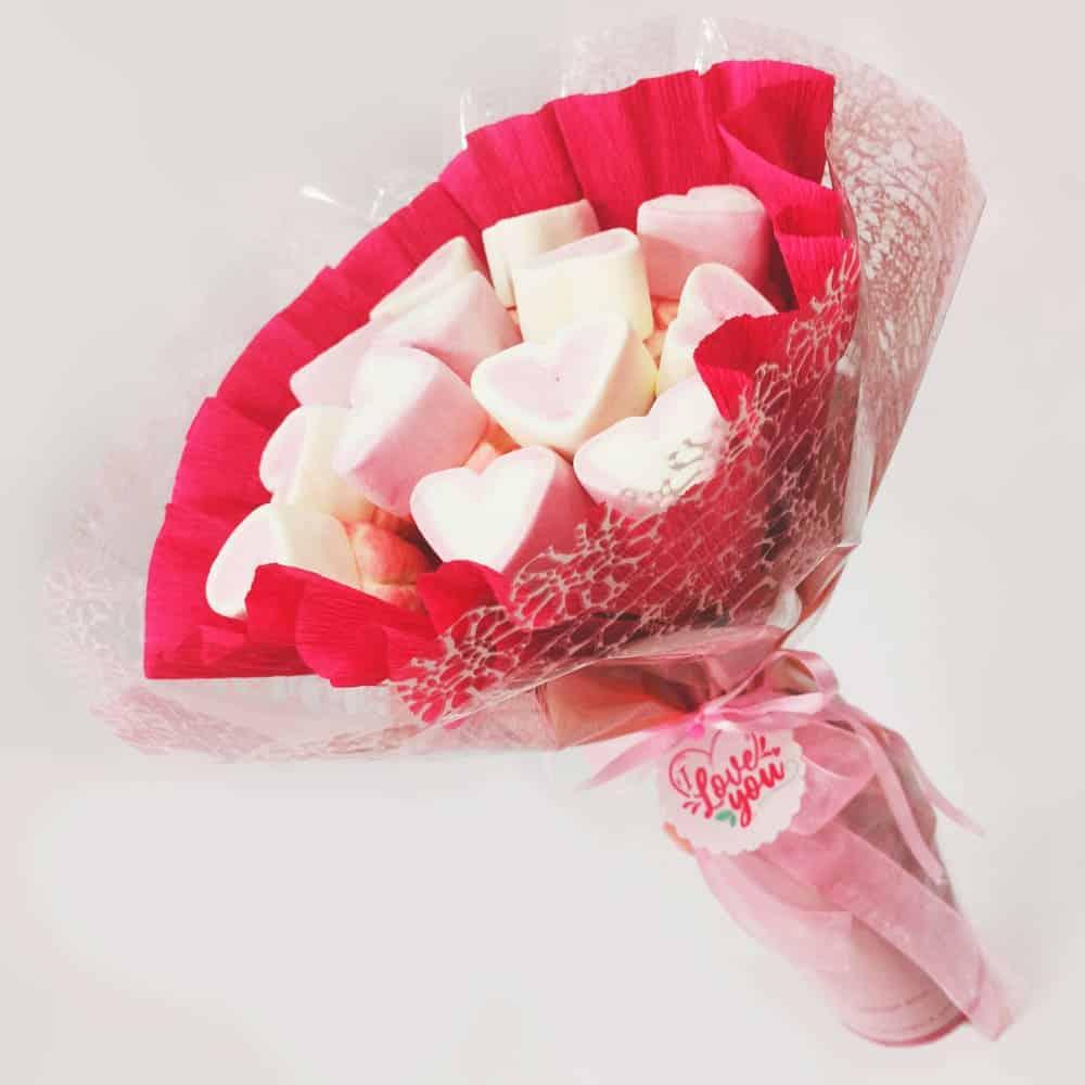 Ramo de chuches de color rosa y blanco