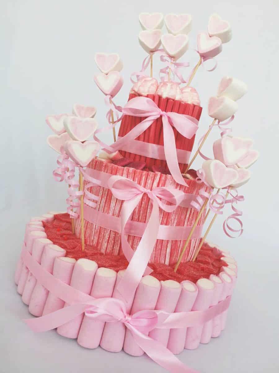 Preciosa tarta de chuches roja, blanca y rosa
