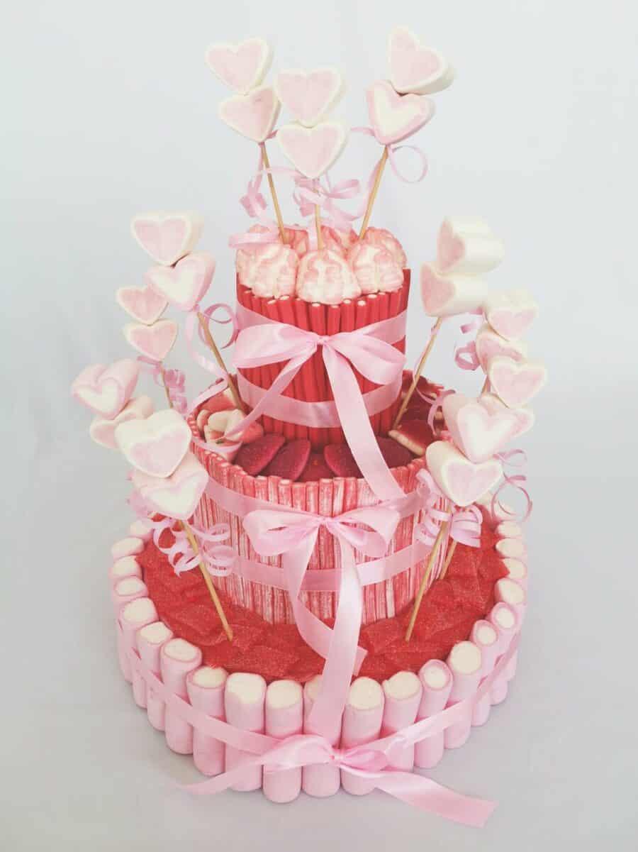 Tarta bonita en tonos rosas, blancos y rojos
